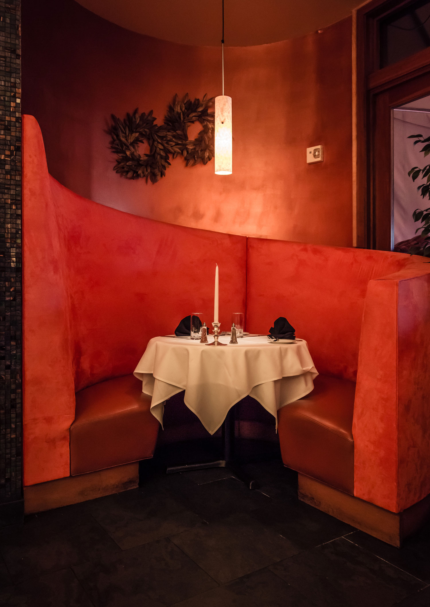 MIGNON-FRENCH-STEAKHOUSE-RESTAURANT-PLANO-MAGAZINE-RED-BOOTH